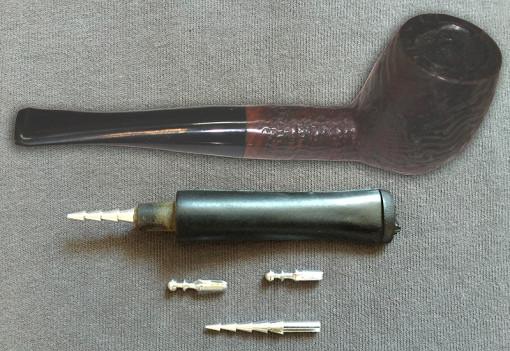 Maître pipier Ch. COURRIEU – Fabrication de pipes en racine de bruyères à Cogolin dans le Golfe de Saint-Tropez – VAR 83